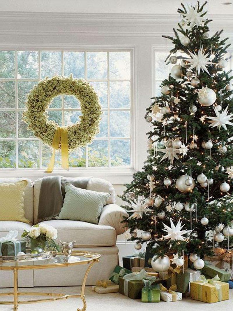 Weihnachtsbaum stilvoll dekoriert Schmuck Silber