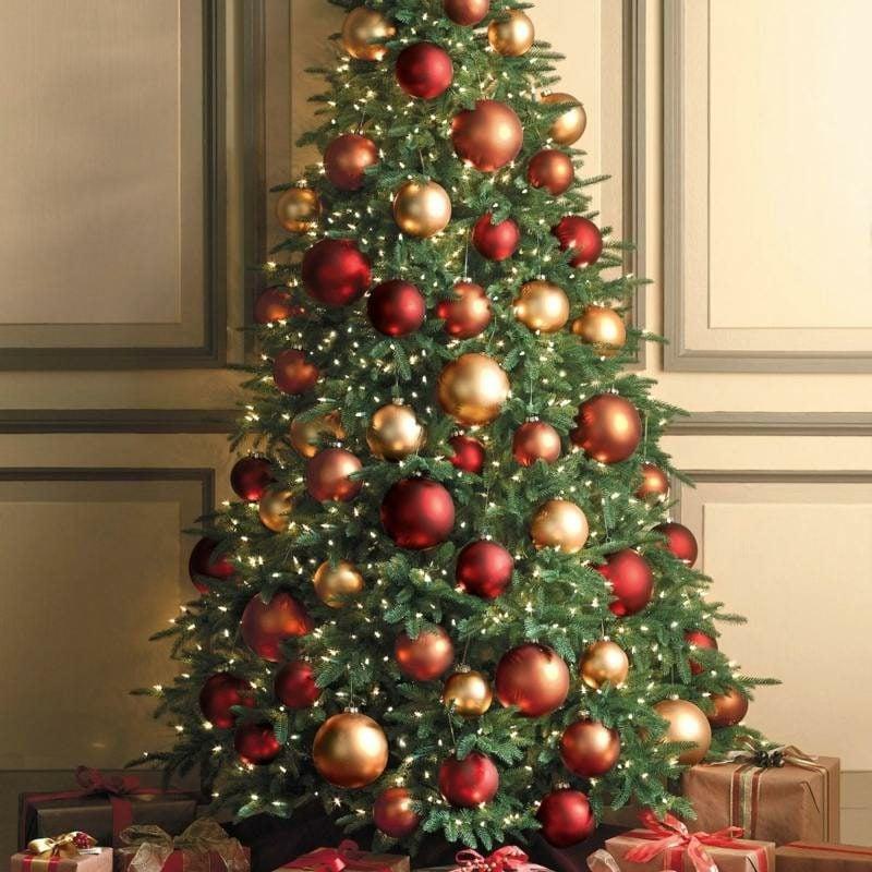 Weihnachtsbaum, dekoriert mit grossen Christbaumkugeln Rot und Gold