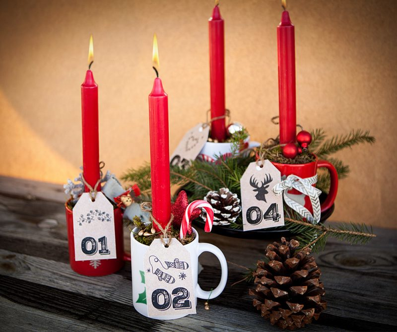 Adventskranz bestellen und Kerzen in Tassen stellen