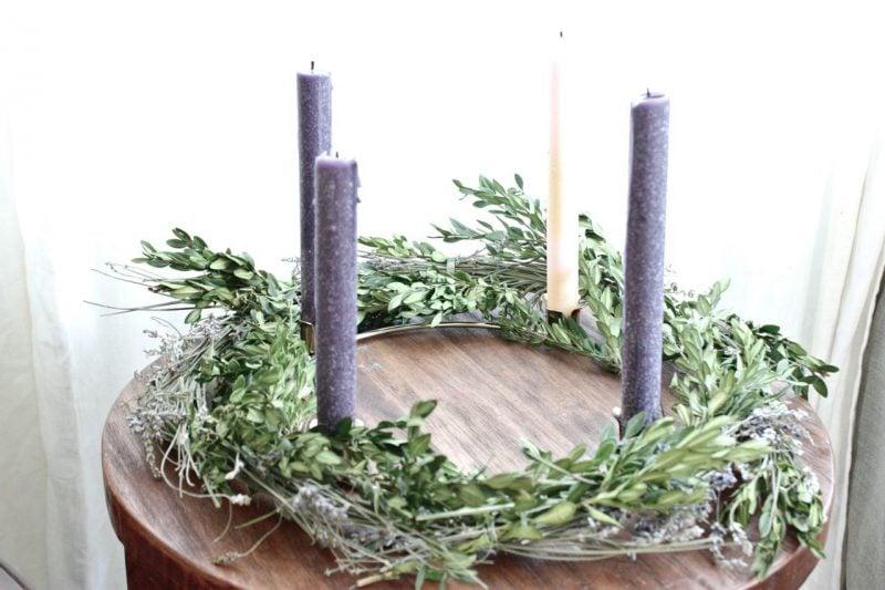 Adventskranz bestellen modern Design mit höhen Kerzen