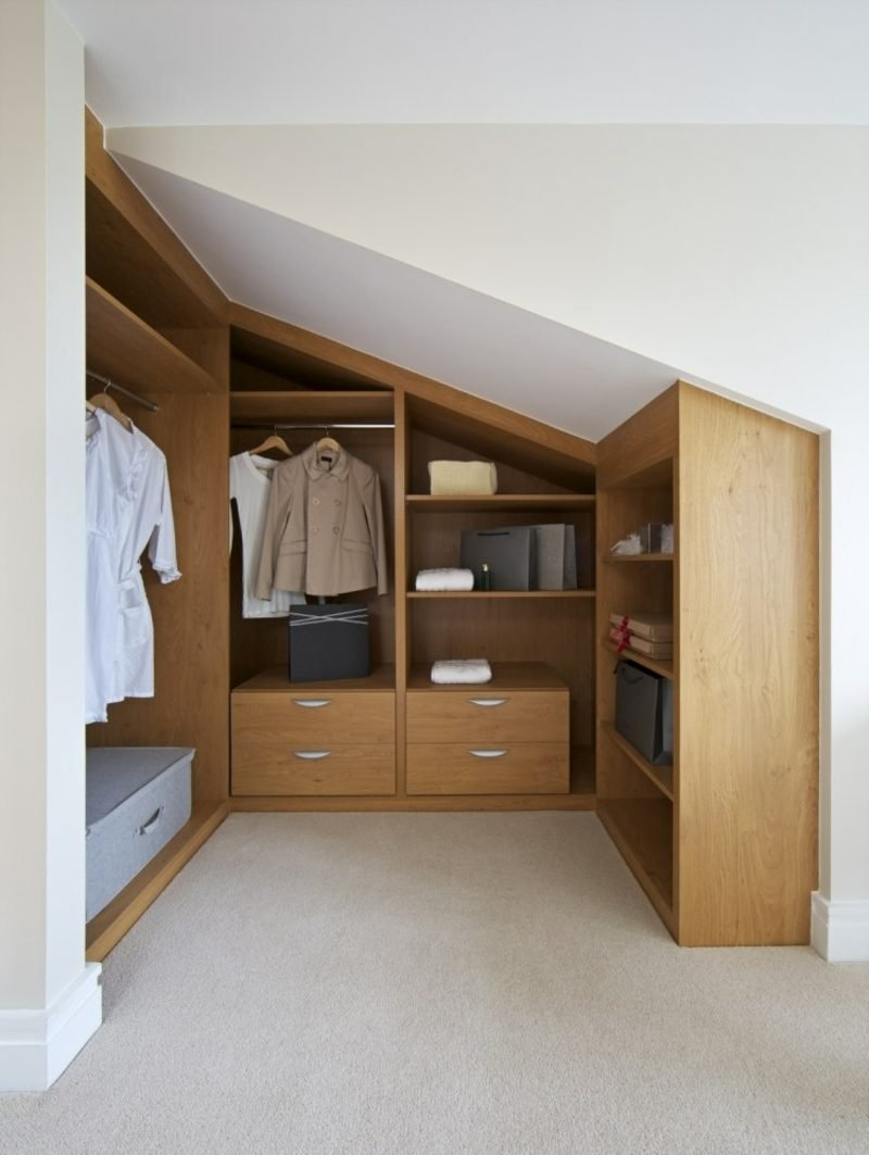 begehbarer Kleiderschrank unter Dachschräge klassisch