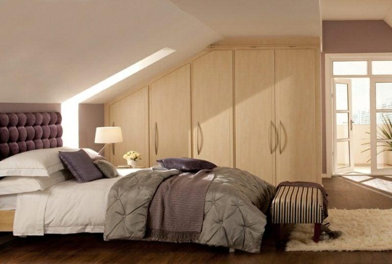begehbarer Kleiderschrank unter Dachschräge helles Holz