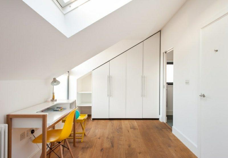 weisser Kleiderschrank begehbar Zimmer mit Dachschräge