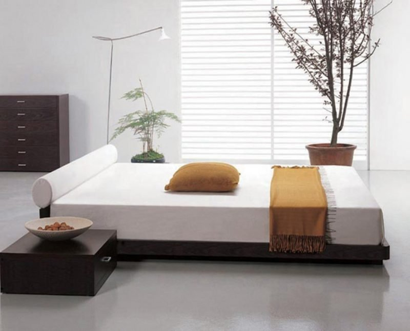 Bett ohne Kopfteil in der Mitte