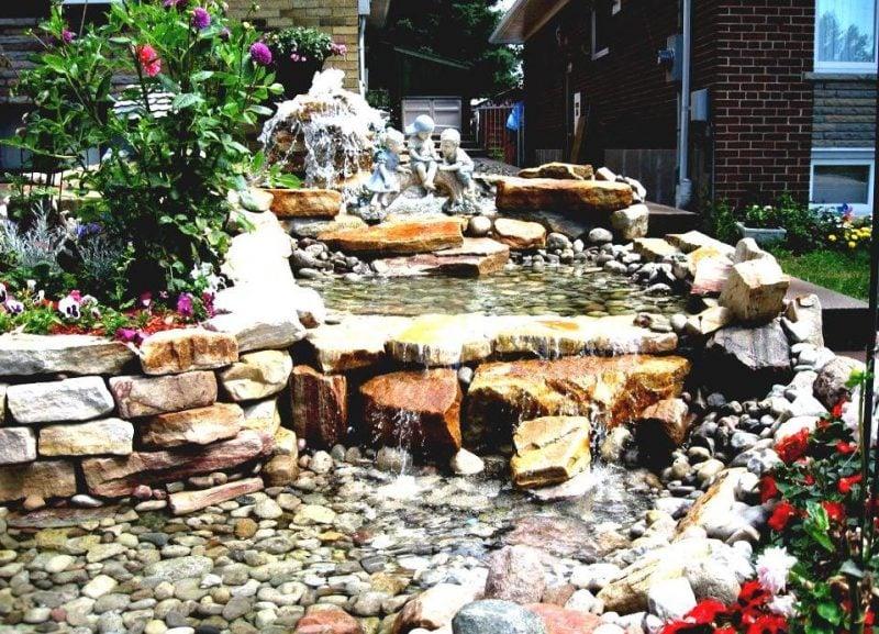 Gartengestaltung mit Steinen passt perfekt zu dem Bachlauf