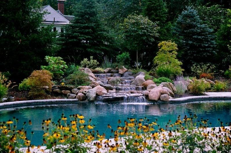 Gartengestaltung mit Steinen ist ideal für ein Gartenteich