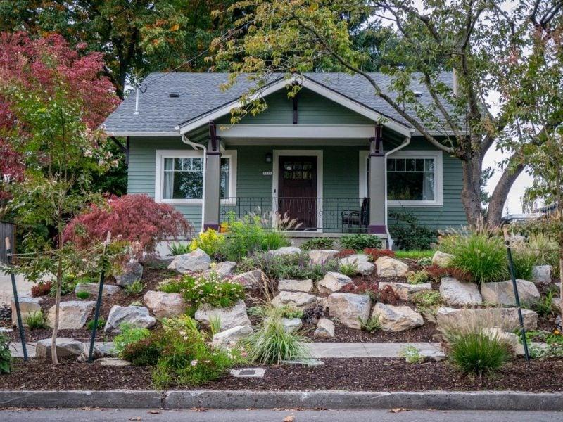 Gartengestaltung mit Steinen: große Steine eignen sich perfekt für Vorgarten