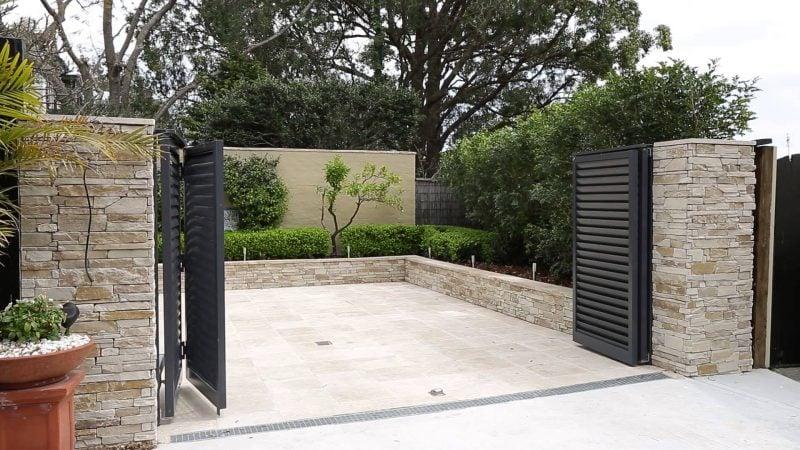 Gartentor selber bauen Kombination zwischen Natursteinen und Metall