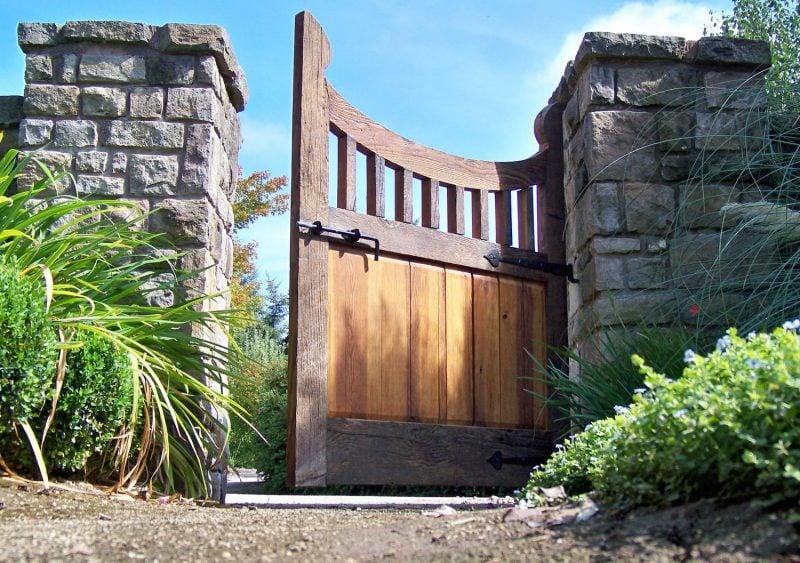 Gartentor selber bauen : Natursteine und Holz