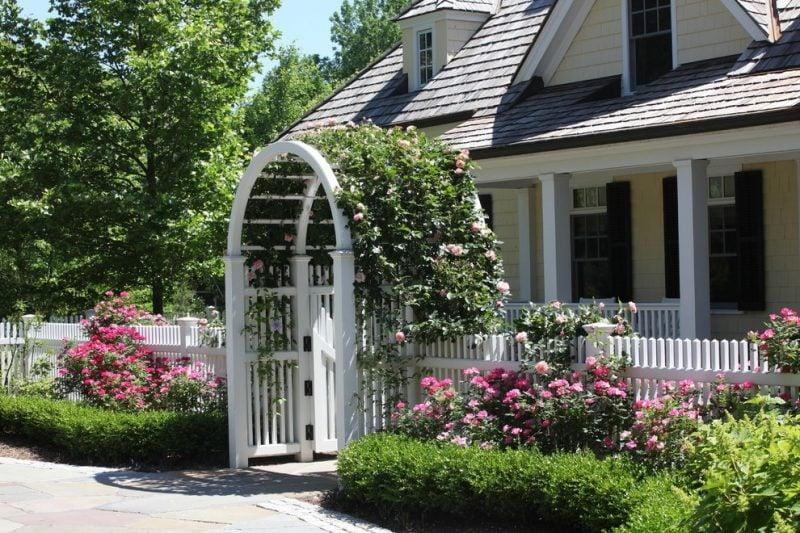 Gartentor selber bauen : Weiß Tor mit Rosen