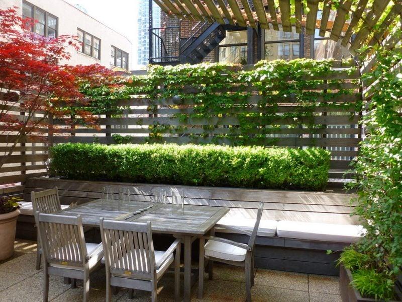 Gartenzaun aus Kunststoff mit Bepflanzung