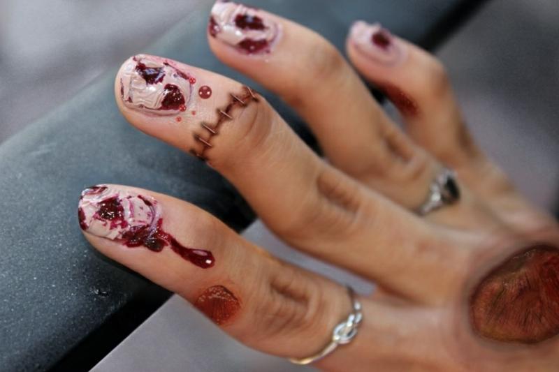 Nageldesign gruselig Halloween Blutspuren