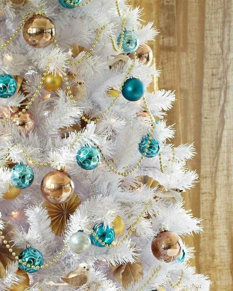 künstliche Tanne Weiss blaue und goldene Christbaumkugel