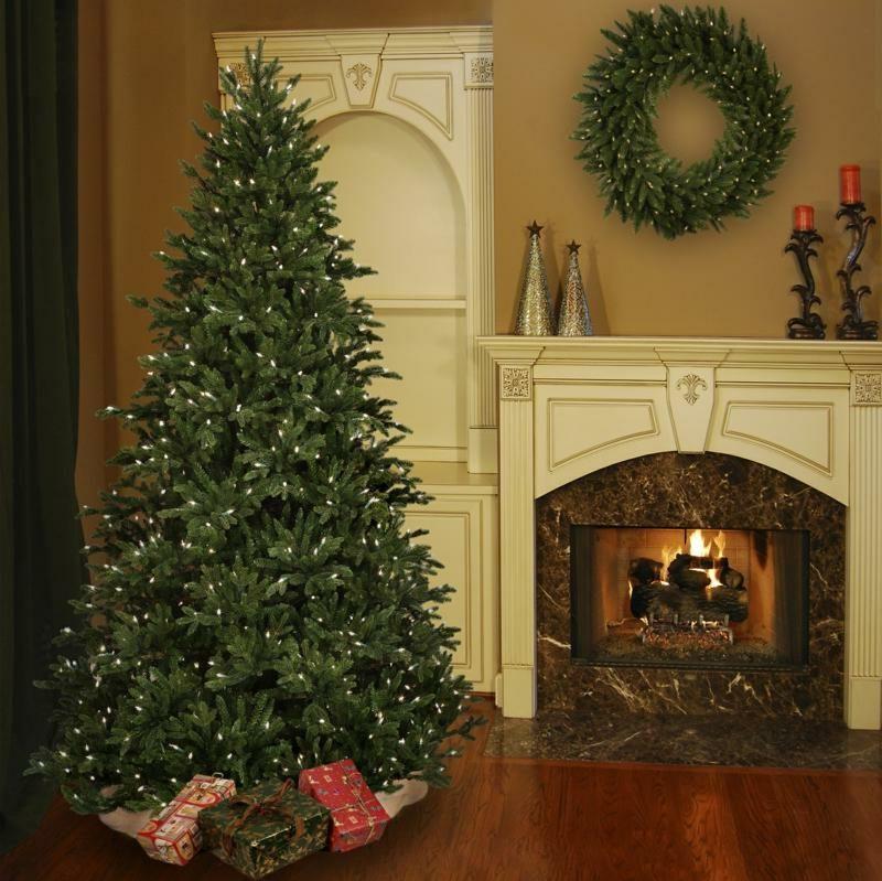 hoher Weihnachtsbaum schlicht dekoriert