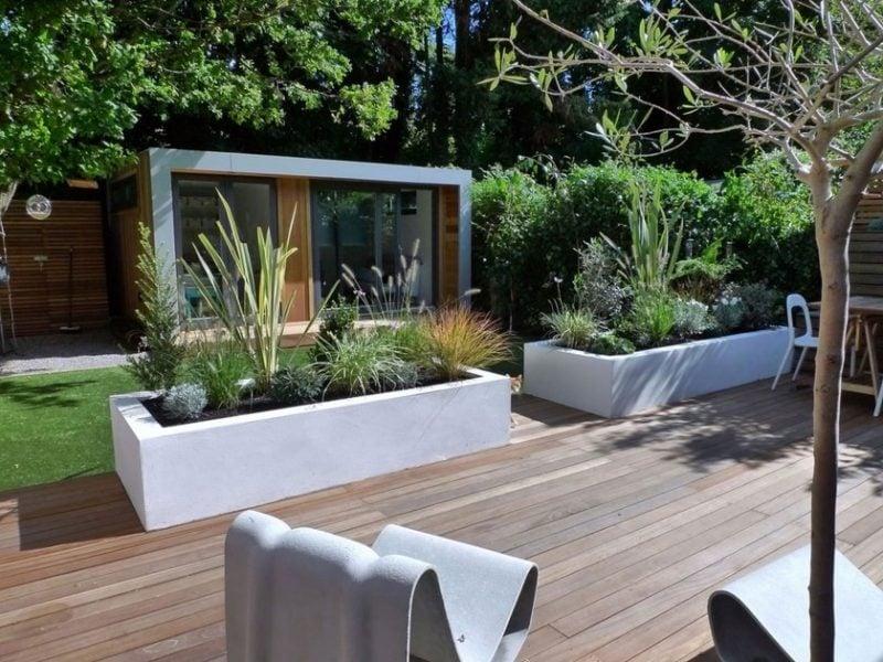 Moderne Gartengestaltung mit Holzplatten