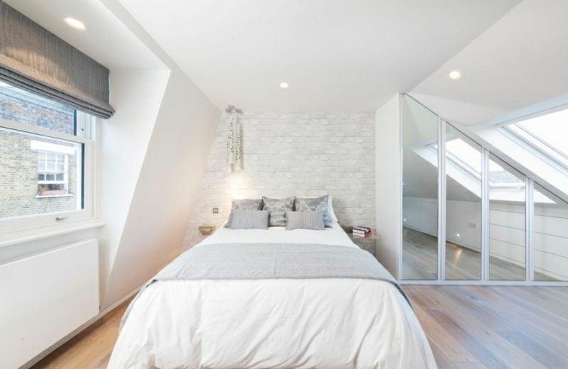 begehbarer Kleiderschrank unter Dachschräge Glasfronten attraktives Design