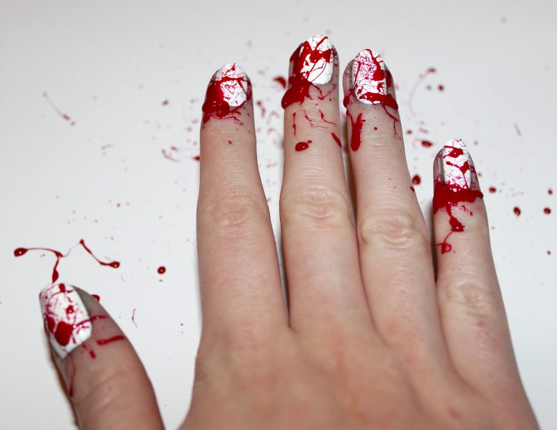 Rot Nageldesign für Halloween wie Kunstblut Anleitung Schritt 2