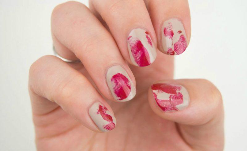 Rot Nageldesign für Halloween wie Blutige Fingerabdrücke DIY Anleitung