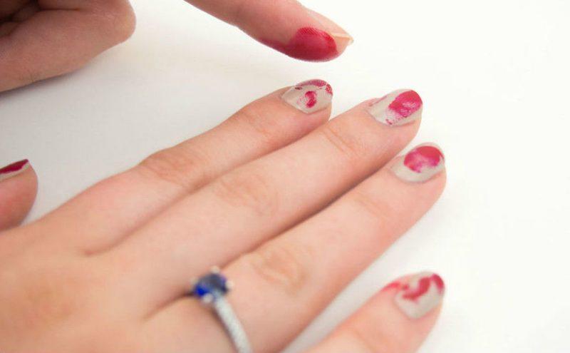 Rot Nageldesign für Halloween wie Blutige Fingerabdrücke DIY Anleitung Schritt 3