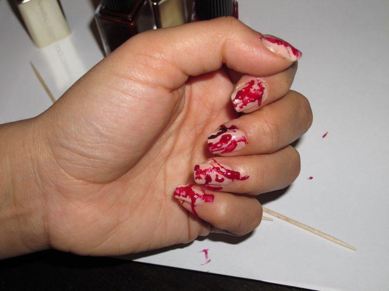 Rot Nageldesign für Halloween blutige Nägel