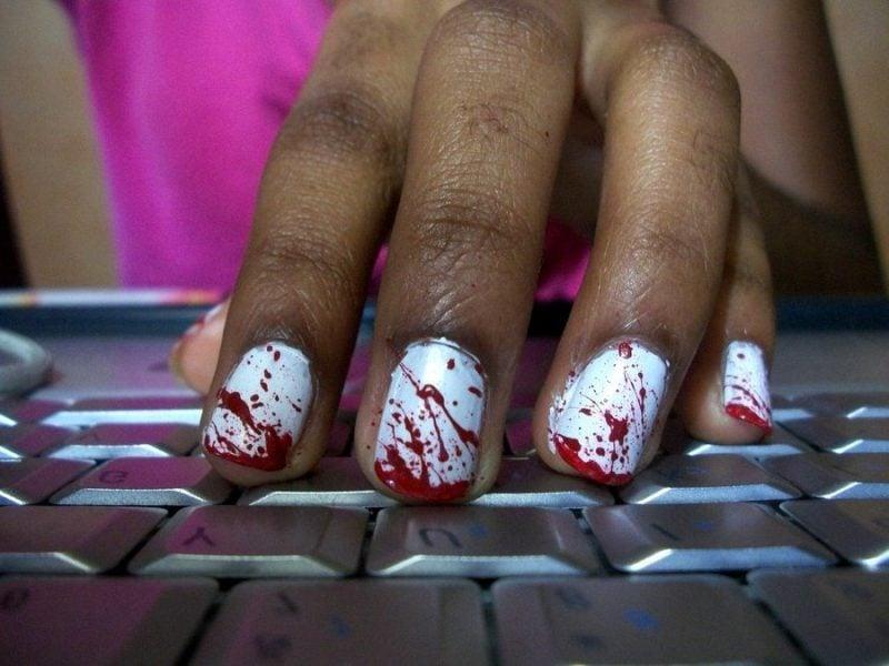 Rot Nageldesign für Halloween kaputte blutige Nägel
