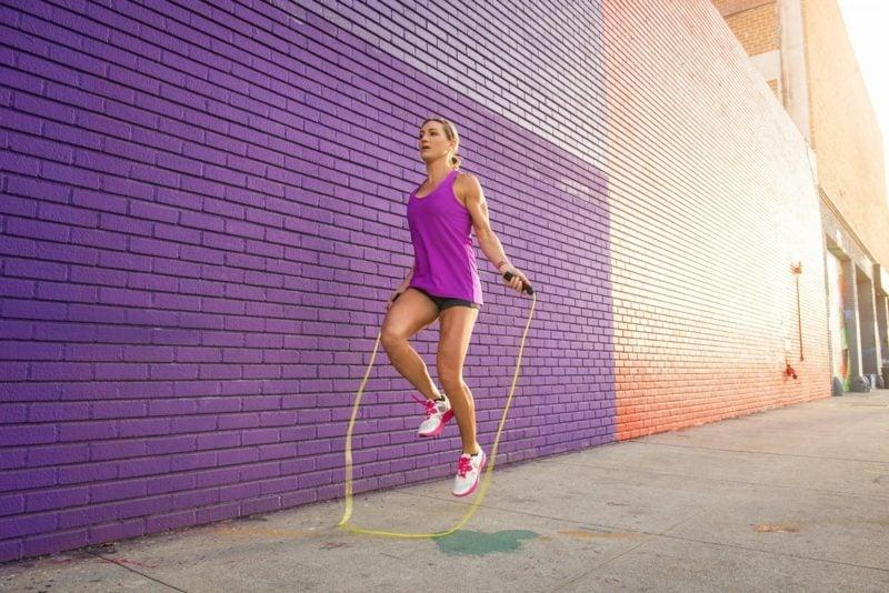 seilspringen kalorieverbrauch female runner skipping