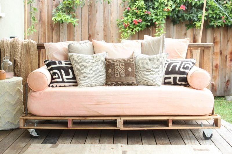 Sofa aus Europaletten: Deko macht es gemütlich