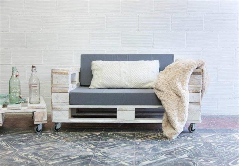 Sofa aus Europaletten mit Kissen