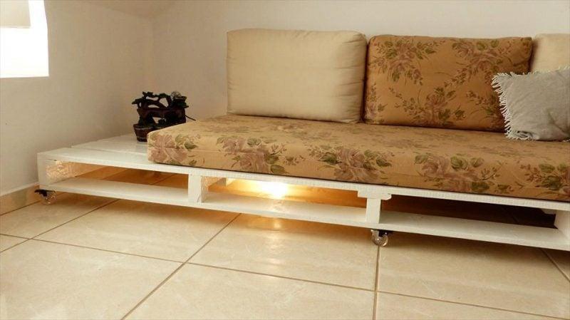 Sofa aus Europaletten mit LED Beleuchtung