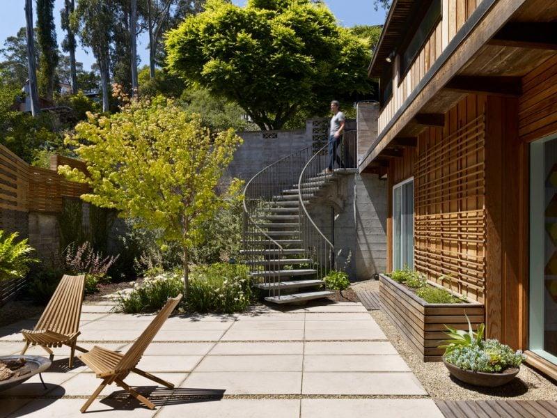 Gewickelte Stahltreppen außen, die zum Garten führen
