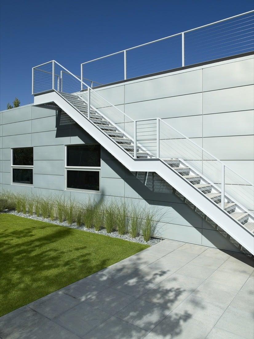 Stahltreppen außen erinnern gleichzeitig an Kultur und an Modernität