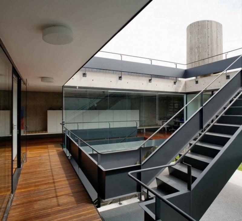 Stahltreppen außen zwischen zwei Stocken
