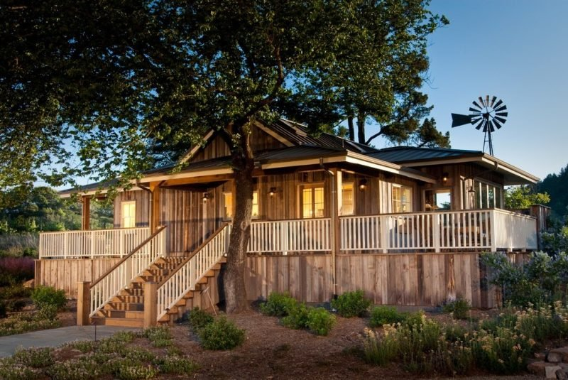 Treppengeländer selber bauen aus zwei verschiedenen Holzarten