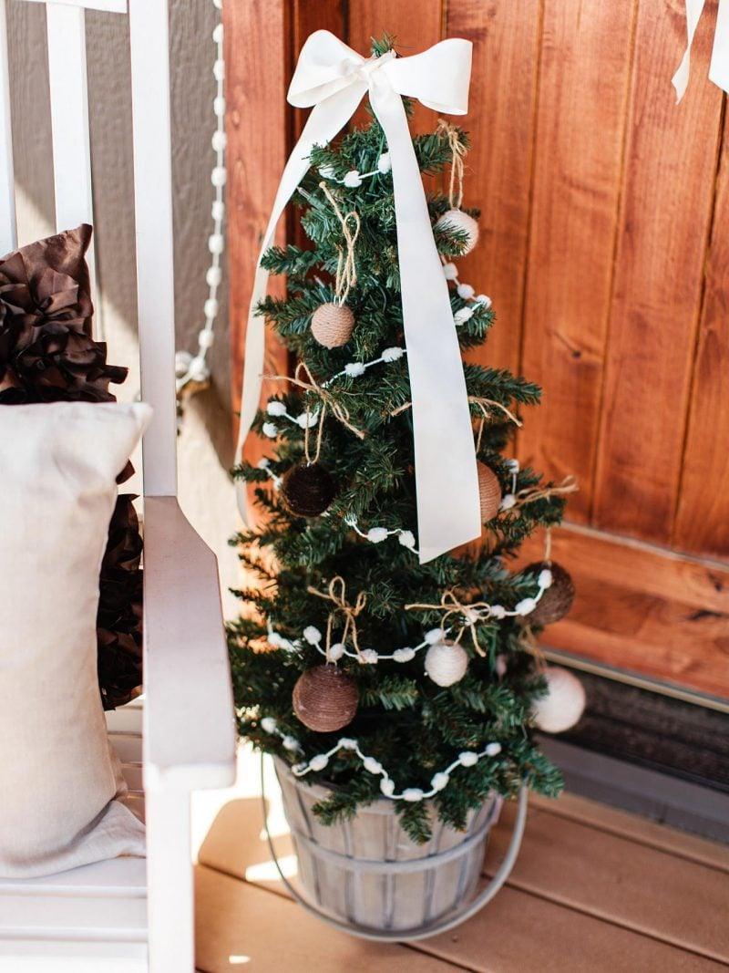 Weihnachtsbaum im Topf ist zart und charmant