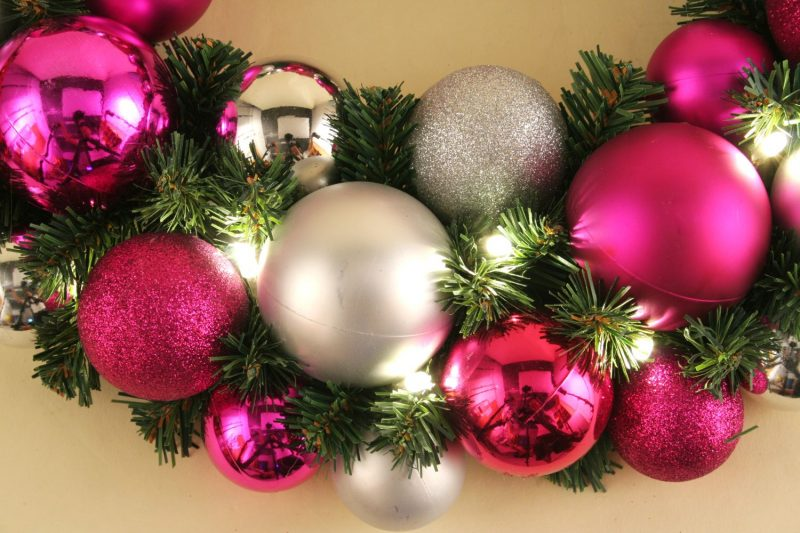Basteln zu Weihnachten Adventskranz aus Kugeln und Tannenzweige