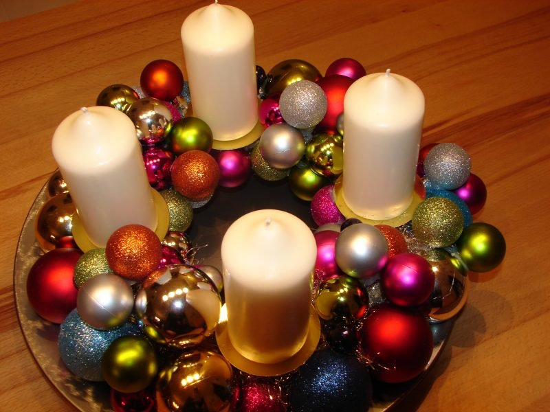 Basteln zu Weihnachten mit KIndern moderner Adventskranz aus Kugeln