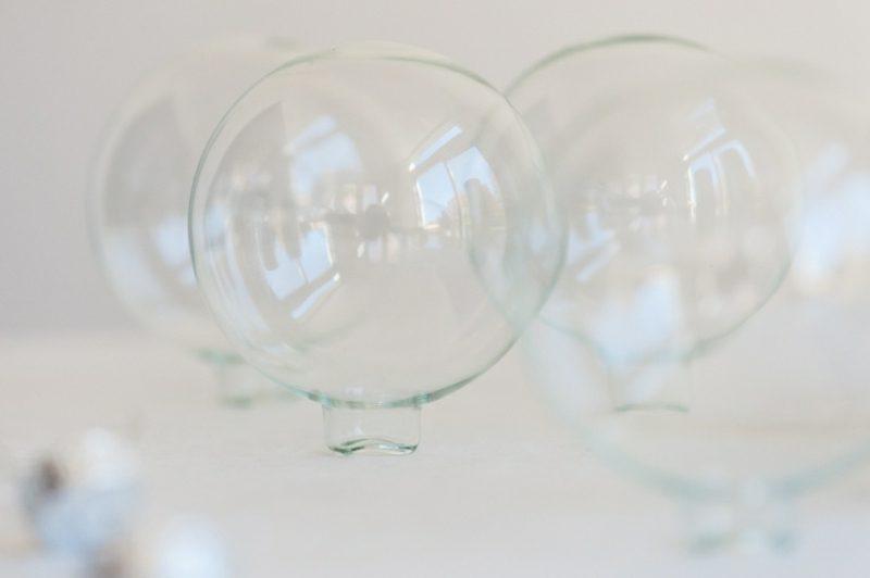 Basteln zu Weihnachten mit Kindern Baumschmuck aus Glaskugeln selber machen