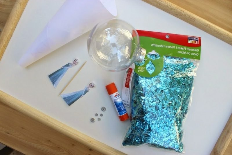 Basteln zu Weihnachten mit den Kindern Weihnachtskugel Eiskönigin notwendige Materialien