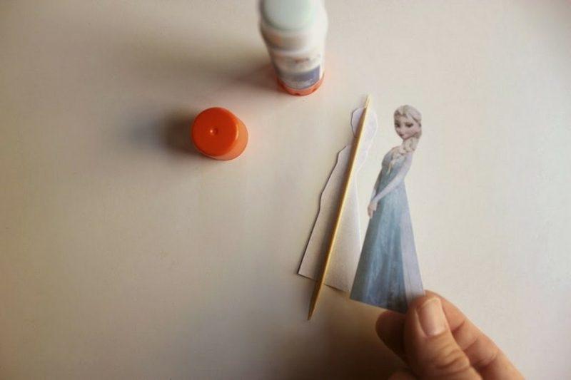 Basteln zu Weihnachten mit Kindern die Elsa Figur am Zahnstocher kleben