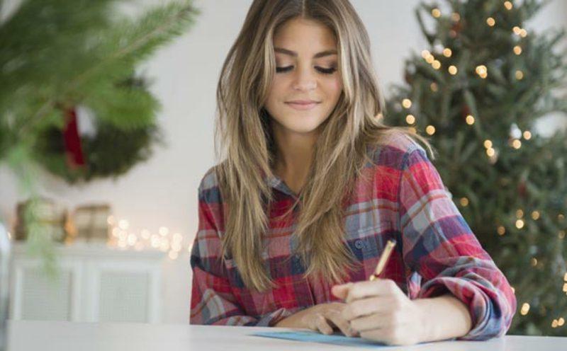 Frau schreibt Weihnachtsbrief