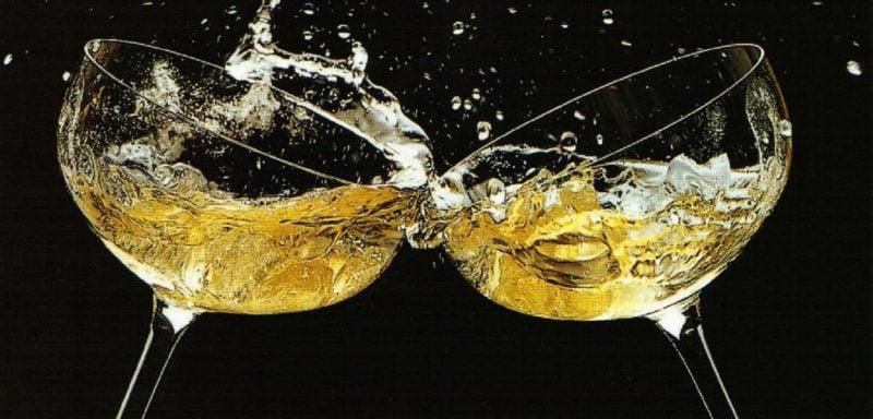 Sekt trinken das Neujahrbeginn feiern