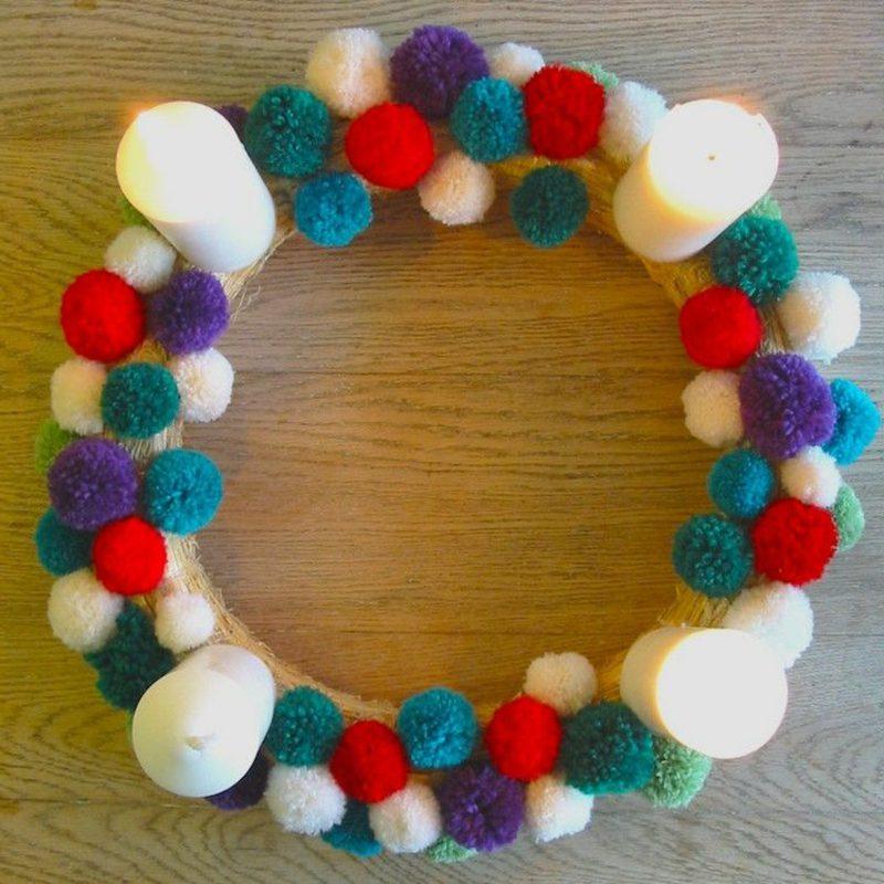 Basteln zu Weihnachten origineller Adventskranz aus Garnkugeln