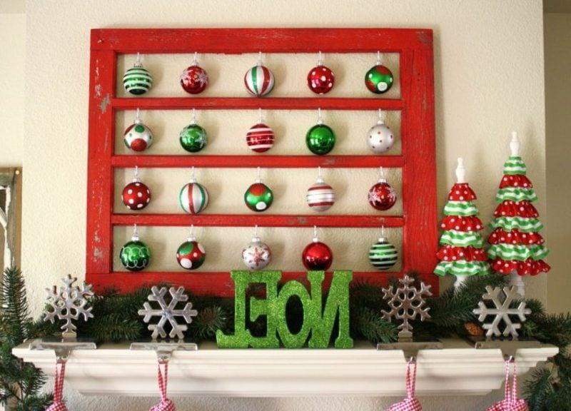 Dekoideen zu Weihnachten Kamin farbige Weihnachtskugeln