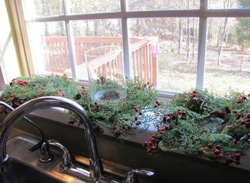 Dekoideen zu Weihnachten grüne Zweige rote Beeren
