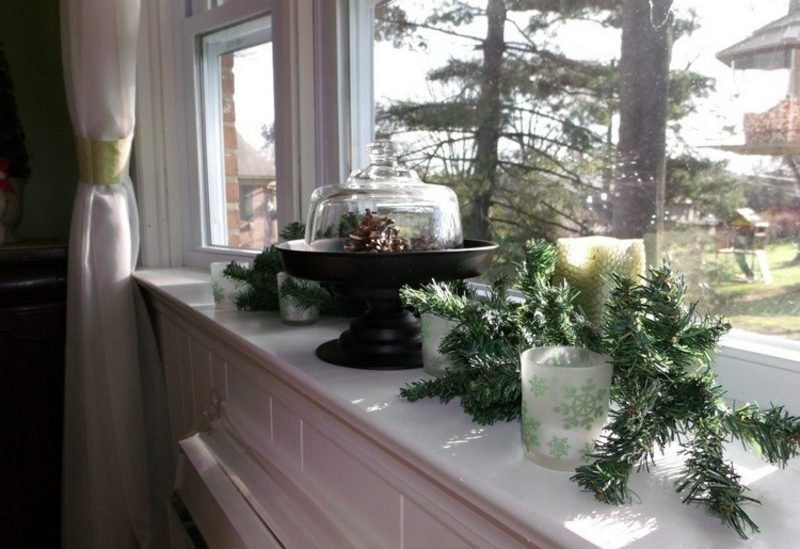 Dekoideen zu Weihnachten Fensterbank Zweige und Tannenzapfen