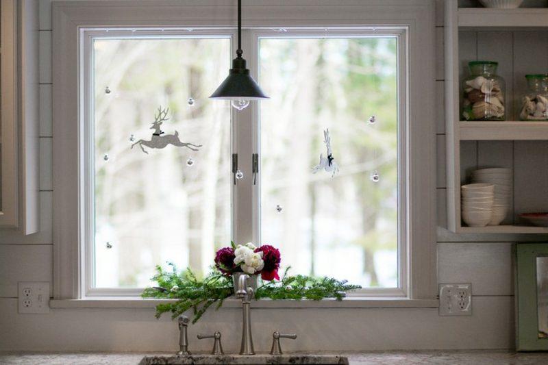 Dekoideen zu Weihnachten Fensterbank Zweige und Blumen
