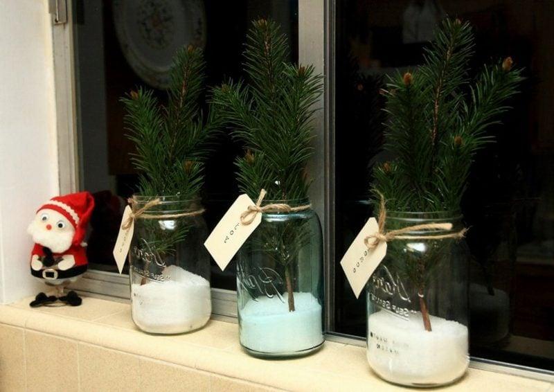 Dekoideen zu Weihnachten Fensterbank Tannenzweige Weihnachtsmann