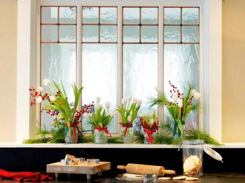 Weihnachtsdeko Fensterbank weisse Tulpen rote Beeren