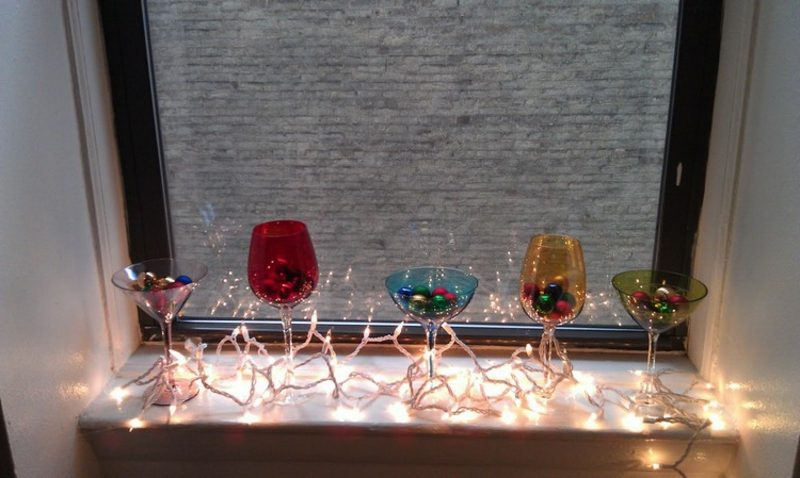 Weihnachtsdekoration Fensterbank Bunte Gläser, Christbaumkugeln,  Lichterkette