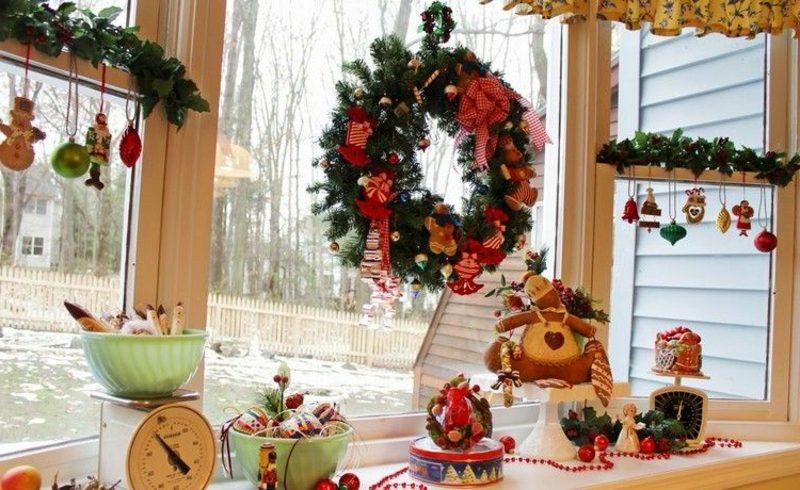 Fensterbilder zu Weihnachten festlicher Kranz und Christbaumschmuck